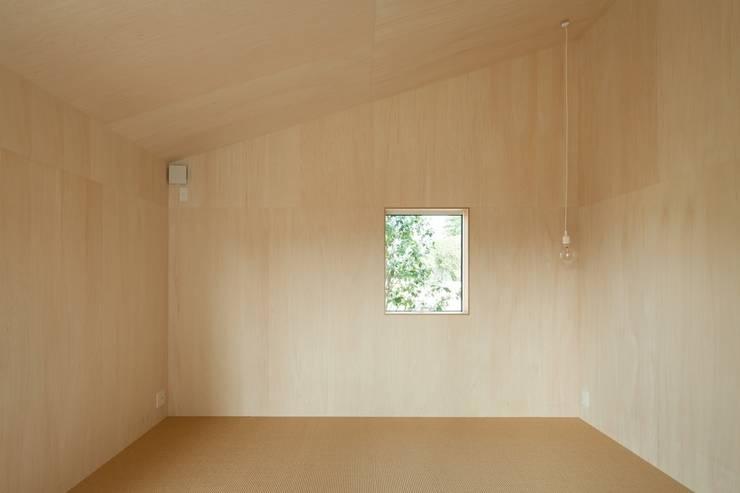 3つの屋根 / Triple Roof: 市原忍建築設計事務所 / Shinobu Ichihara Architectsが手掛けた寝室です。