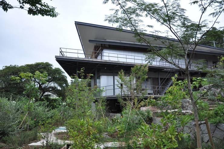 真鶴(まなづる) 断崖に立つ家のランドスケープ: 有限会社 温室が手掛けた庭です。
