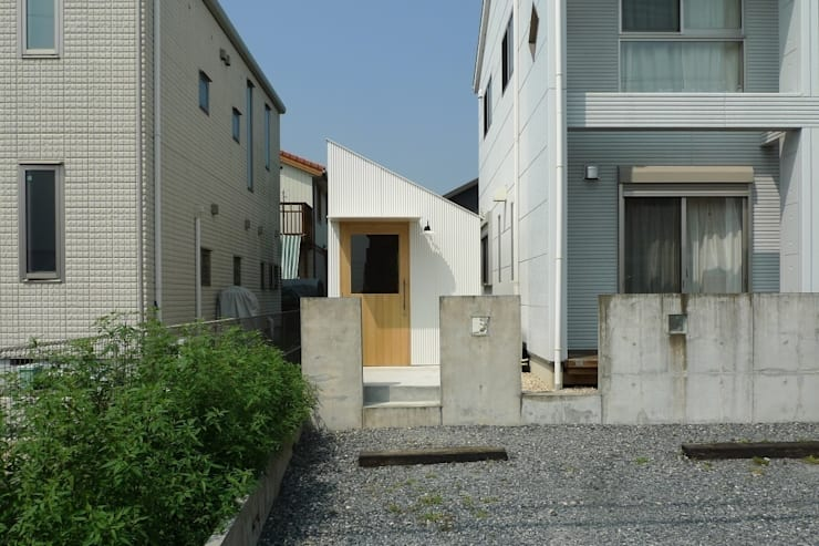 員弁の小屋 / Hut in Inabe: 市原忍建築設計事務所 / Shinobu Ichihara Architectsが手掛けたガレージです。,