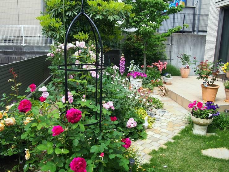 薔薇の庭に: 有限会社 KI・KO・RI GARDEN DESIGNが手掛けたです。