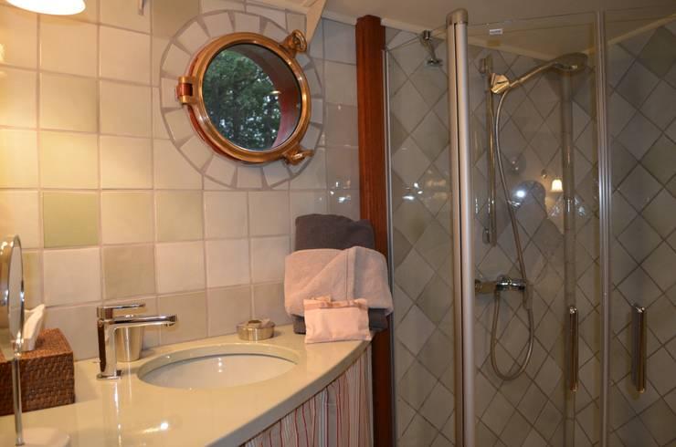 Péniche Savannah sur le Canal du Midi: Salle de bains de style  par ID SPACE