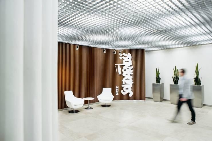 Gdańsk. Solidarność. Hall 2 piętro: styl , w kategorii Biurowce zaprojektowany przez Raca Architekci,