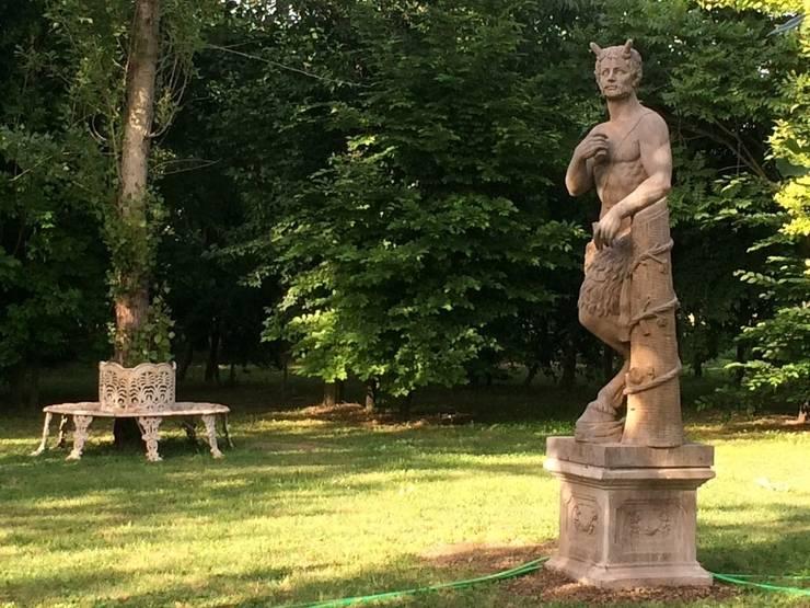 Il fauno nel bosco: Giardino in stile in stile Classico di il giaggiolo sas
