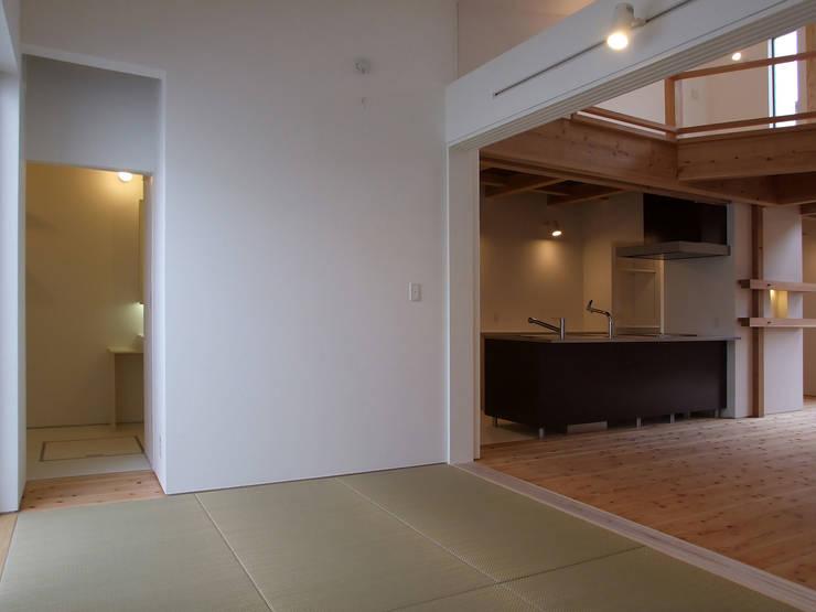 和室: 岩瀬隆広建築設計が手掛けた和室です。