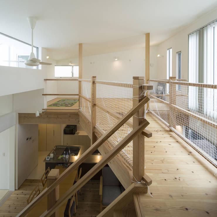 ブリッジ: 岩瀬隆広建築設計が手掛けた廊下 & 玄関です。