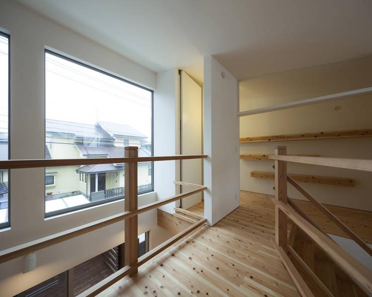 書斎兼寝室: 岩瀬隆広建築設計が手掛けた寝室です。