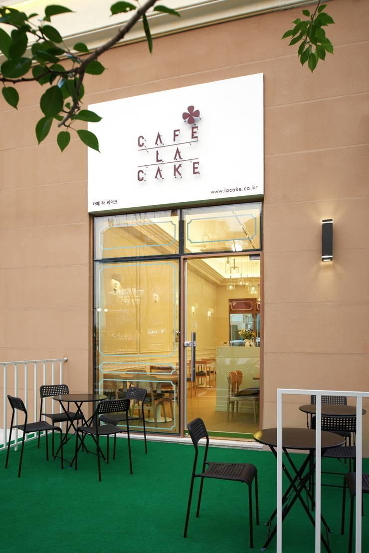 CAFE LA CAKE의 테라스 : Design m4의  상업 공간,모던