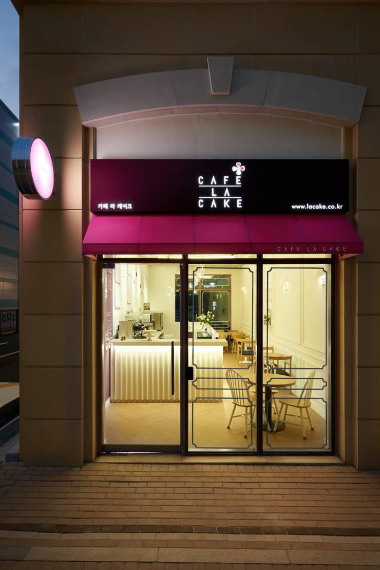 CAFE LA CAKE 로고 : Design m4의  상업 공간,모던