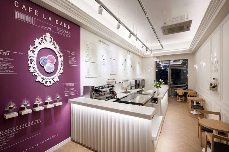 벽면을 이용한 매거진 컨셉의 디자인: Design m4의  상업 공간,모던
