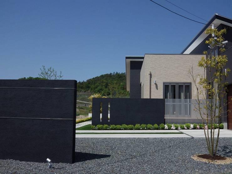 exterior Y-house.〈ファサード〉: フラワーチルドレン(Flower children )が手掛けた庭です。