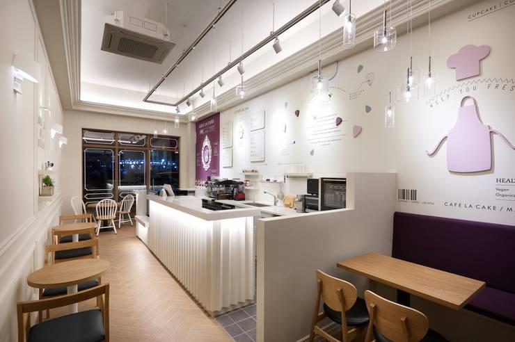 카페 라 케이크 매거진: Design m4의  상업 공간,모던