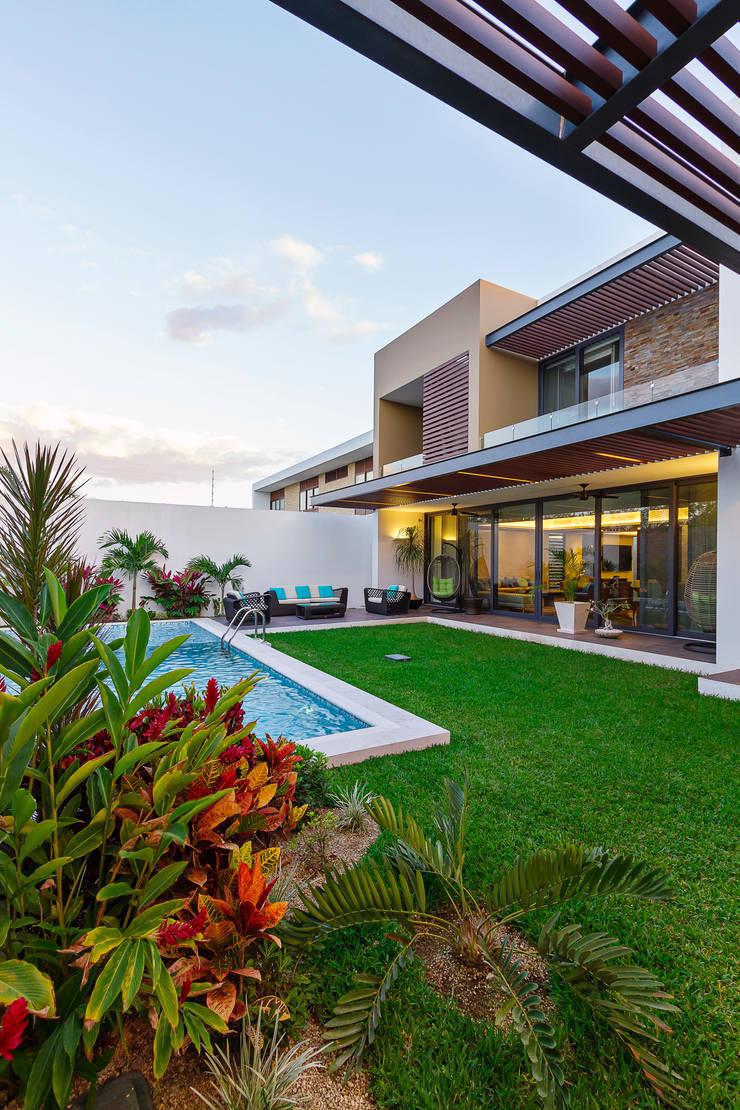 Casa Manantiales: Jardines de estilo  por Enrique Cabrera Arquitecto
