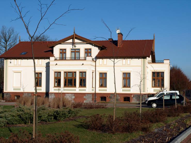 Dworek Mennonicki z 1880 r: styl klasyczne, w kategorii Domy zaprojektowany przez PROJEKT MB