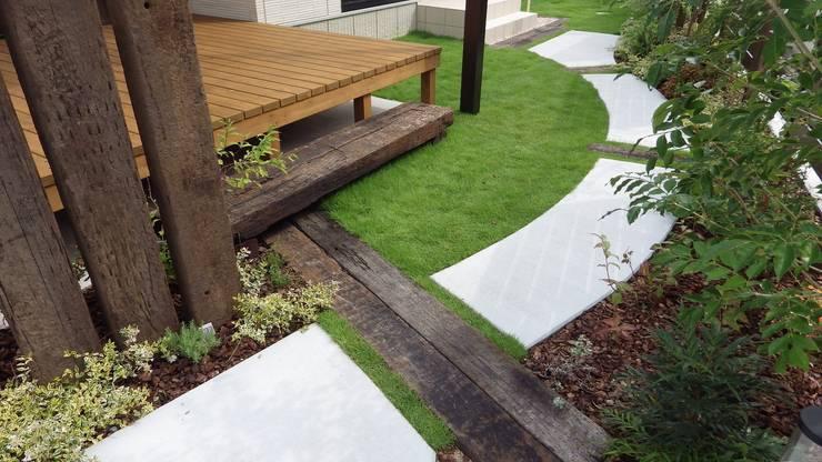 garden O-hause.〈枕木ステップ+ウッドデッキ〉: フラワーチルドレン(Flower children )が手掛けた庭です。