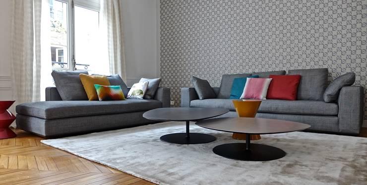 Table basse, papier peint, canapé.: Salon de style  par Fella DESPRES, Décoration D'intérieur.