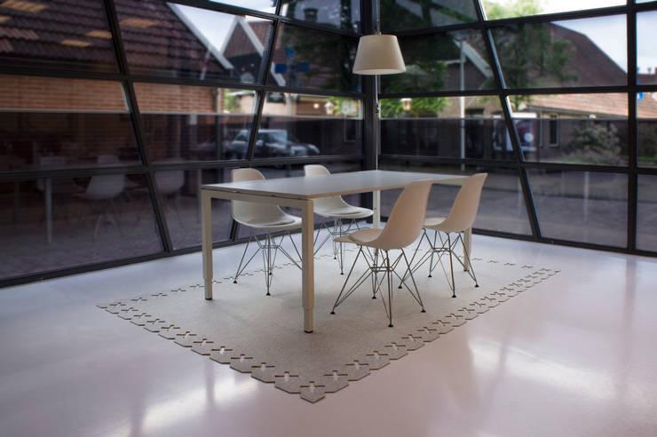 Vloerkleed Kisses voor een modern kantoor:  Studeerkamer/kantoor door Evelien Lulofs