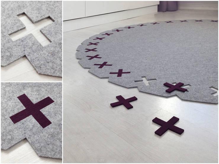 Vloerkleed Kisses rond met aubergine x-jes: moderne Slaapkamer door Evelien Lulofs