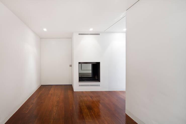 Apartamento Palma: Corredores e halls de entrada  por Pedra Silva Architects