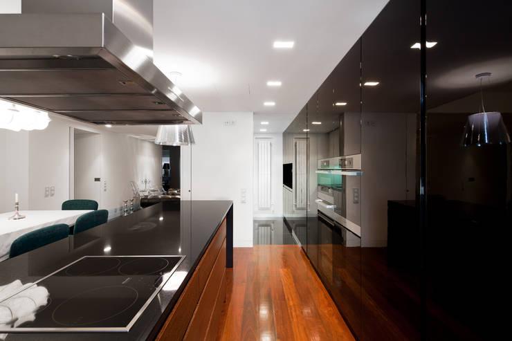Apartamento Palma: Cozinhas embutidas  por Pedra Silva Architects