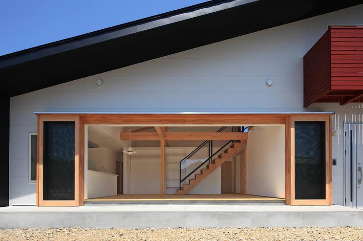 木製サッシを開放ー外観ー: bound-designが手掛けた家です。