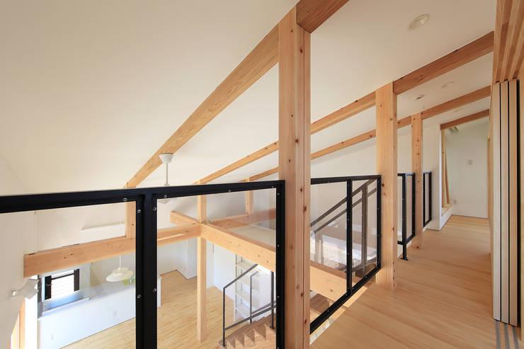 吹抜空間と勾配天井: bound-designが手掛けた廊下 & 玄関です。