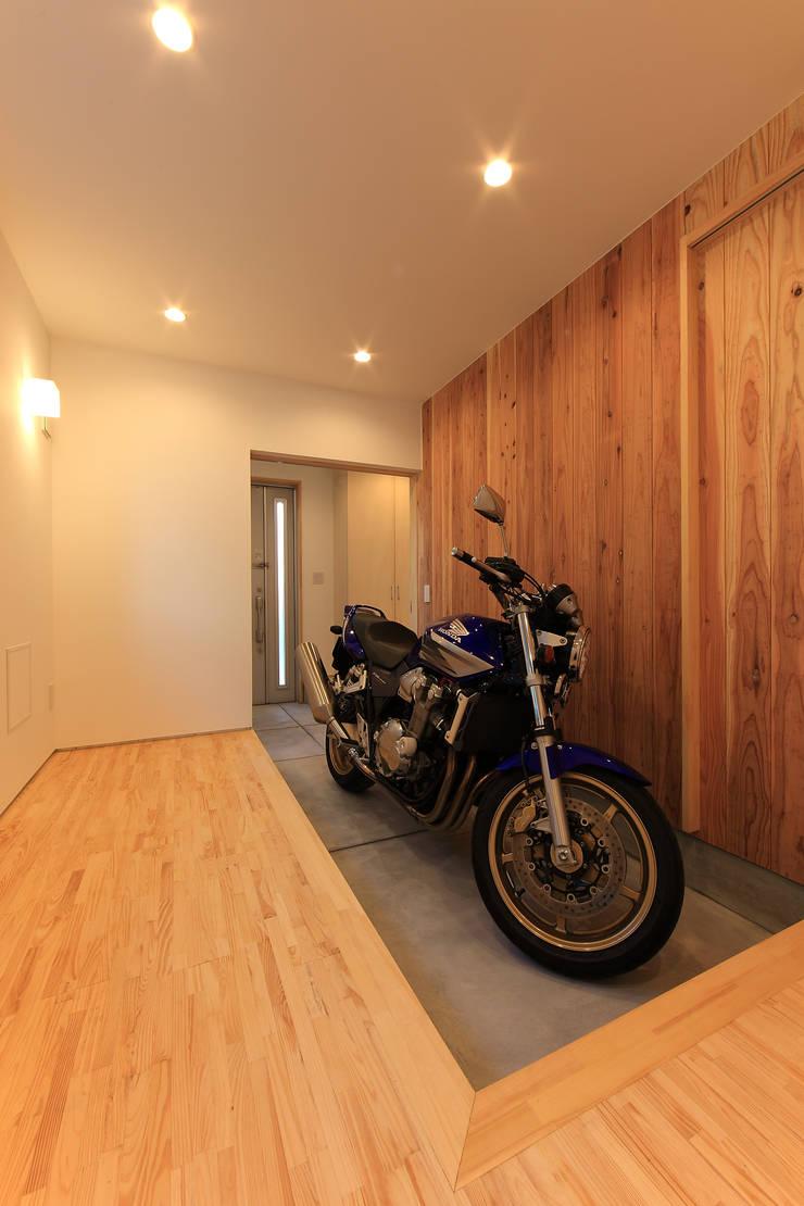 玄関と繋がる書斎: bound-designが手掛けたガレージです。