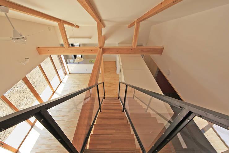 吹抜空間と階段: bound-designが手掛けた廊下 & 玄関です。