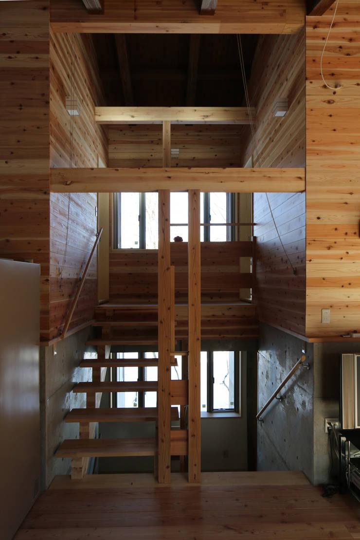 風と光が通る木の階段: 一級建築士事務所 クレアシオン・アーキテクツが手掛けた廊下 & 玄関です。,北欧