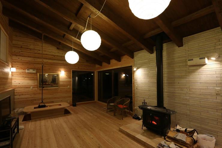 木の温かみが伝わる照明デザイン: 一級建築士事務所 クレアシオン・アーキテクツが手掛けたカントリーです。,カントリー