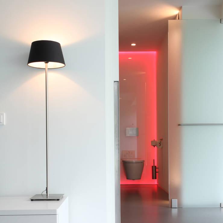 Zicht vanuit de slaapkamer naar de badkamer:  Badkamer door Lab32 architecten