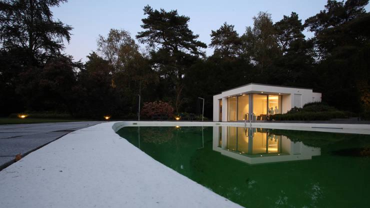 Zwembad met poolhouse: minimalistisch Zwembad door Lab32 architecten