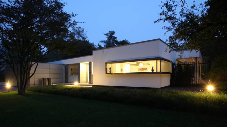 Voorgevel 's avonds: minimalistische Huizen door Lab32 architecten