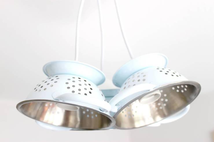Lampe suspension trio mini passoires: Cuisine de style  par Chez V-Renise