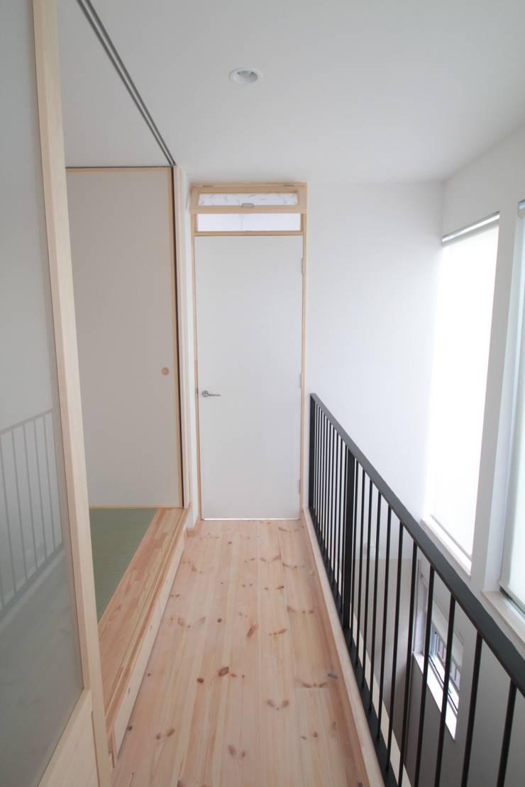家族の共有空間の和室: 池田デザイン室(一級建築士事務所)が手掛けた廊下 & 玄関です。