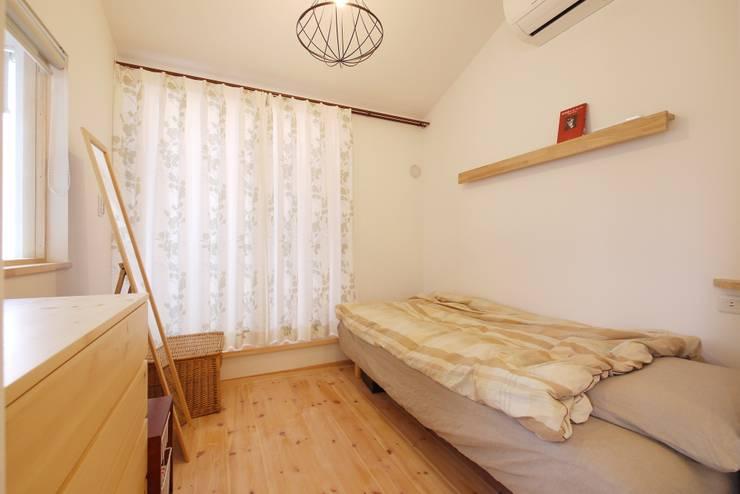 コンパクトだけどお気に入りの寝室: 池田デザイン室(一級建築士事務所)が手掛けた寝室です。