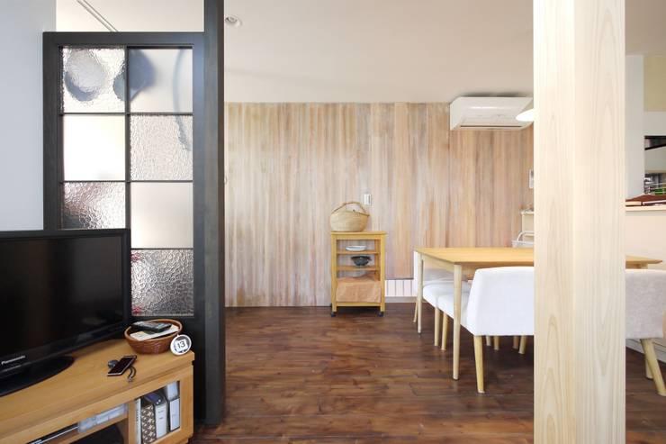 素材感のある壁: 池田デザイン室(一級建築士事務所)が手掛けたダイニングです。