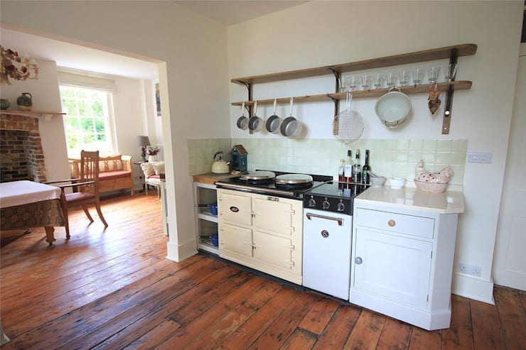 Country House in Tenterden: country Kitchen by Bandon Interior Design