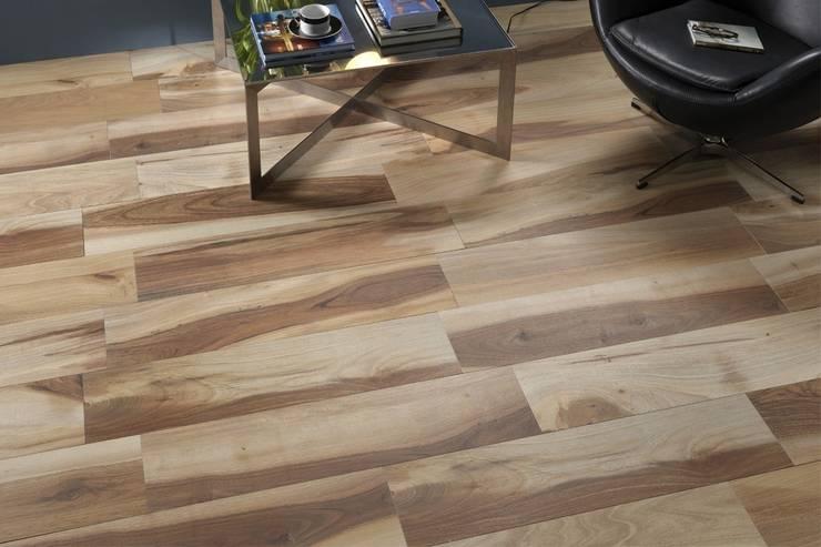 Gres porcellanato effetto legno Acadia Rosso 22,5x90: Pareti & Pavimenti in stile in stile Rustico di ItalianGres