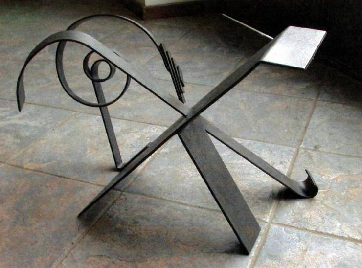 tavolino in ferro battuto: Soggiorno in stile in stile Eclettico di Zuhause Claudio Molinari
