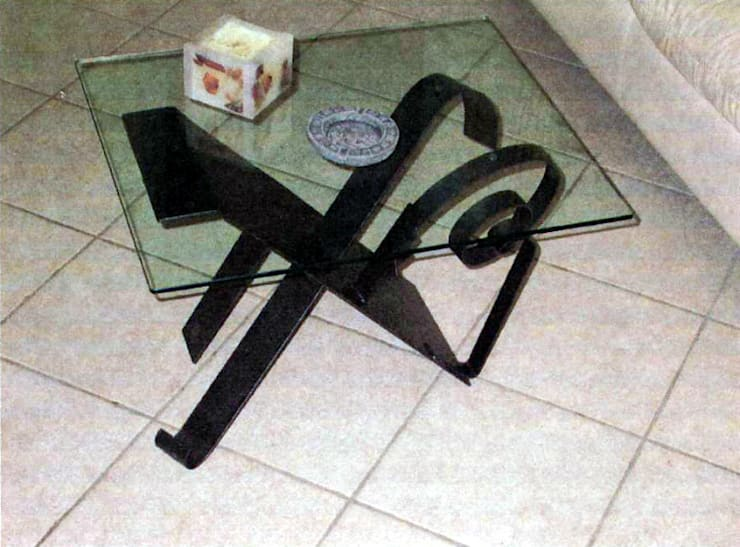 tavolino in ferro battuto con piano in cristallo: Soggiorno in stile in stile Eclettico di Zuhause Claudio Molinari