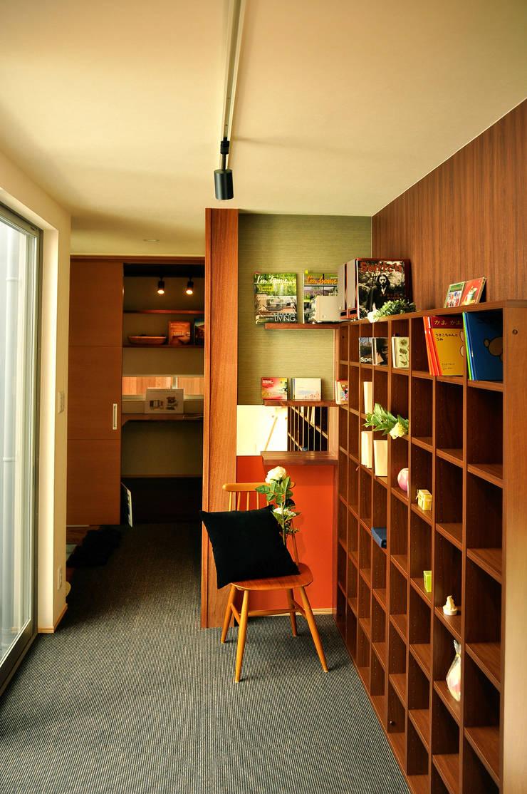 日並郷の家: 株式会社アトリエカレラが手掛けた廊下 & 玄関です。