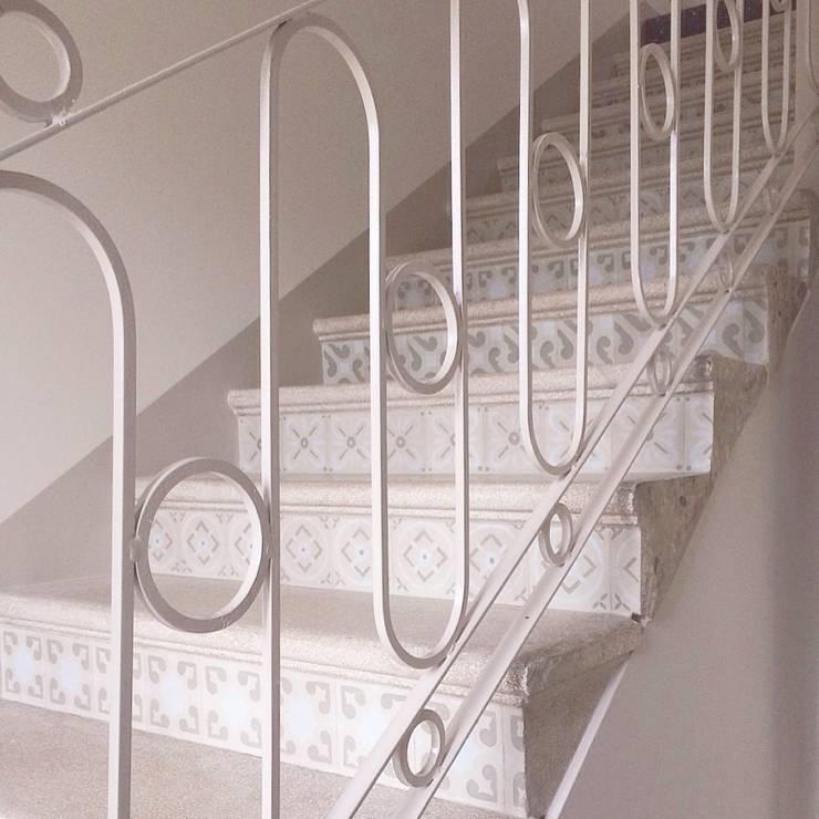 Scala interna: Ingresso, Corridoio & Scale in stile  di Le3a architetti
