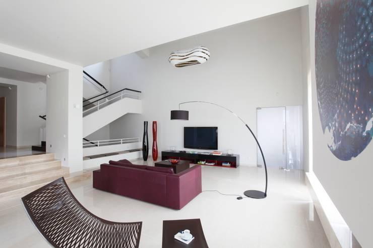 White: styl , w kategorii Salon zaprojektowany przez Fotograf wnetrz  Dymitr Kalasznikow