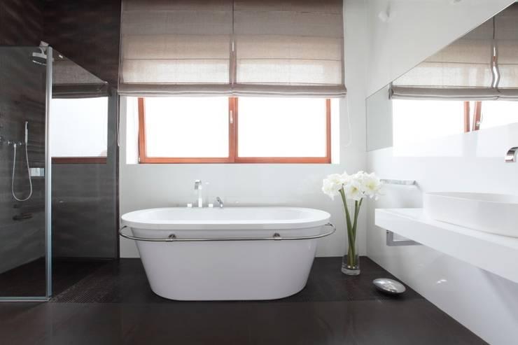 White: styl , w kategorii Łazienka zaprojektowany przez Fotograf wnetrz  Dymitr Kalasznikow