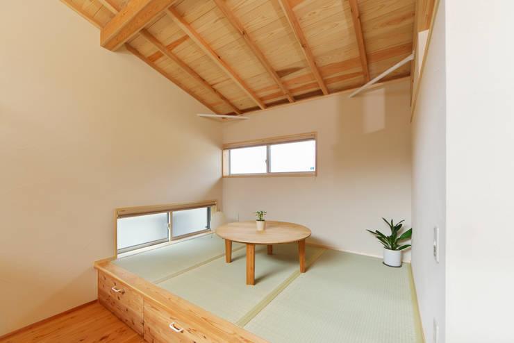 落ち着きのある空間を演出した畳の小上がり: 株式会社 建築工房零が手掛けた和室です。