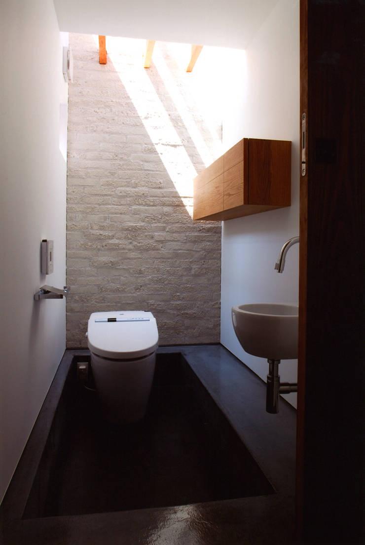 ナガヤネ: group-scoop architectural design studioが手掛けた浴室です。