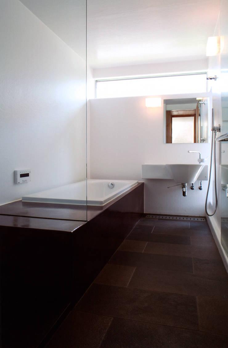 ナガヤネ: group-scoop architectural design studioが手掛けた浴室です。,北欧