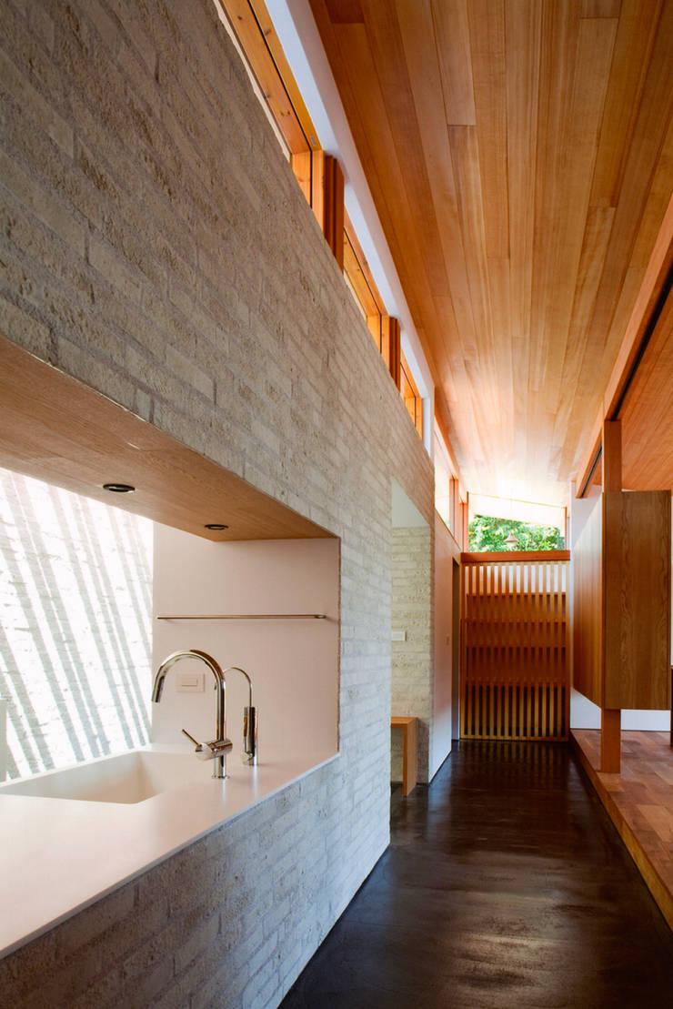 ナガヤネ: group-scoop architectural design studioが手掛けた廊下 & 玄関です。