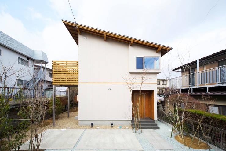 太陽の光が室内中に行きわたる片流れ屋根の住まい: 株式会社 建築工房零が手掛けた家です。