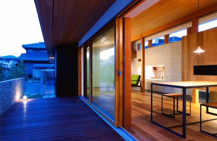 ナガヤネ: group-scoop architectural design studioが手掛けたテラス・ベランダです。,北欧